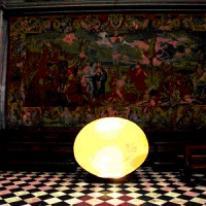 Enzo Catellani presentó su instalación Lux Chaos Magnum en la basílica Santa Maria Maggiore, en Bérgamo